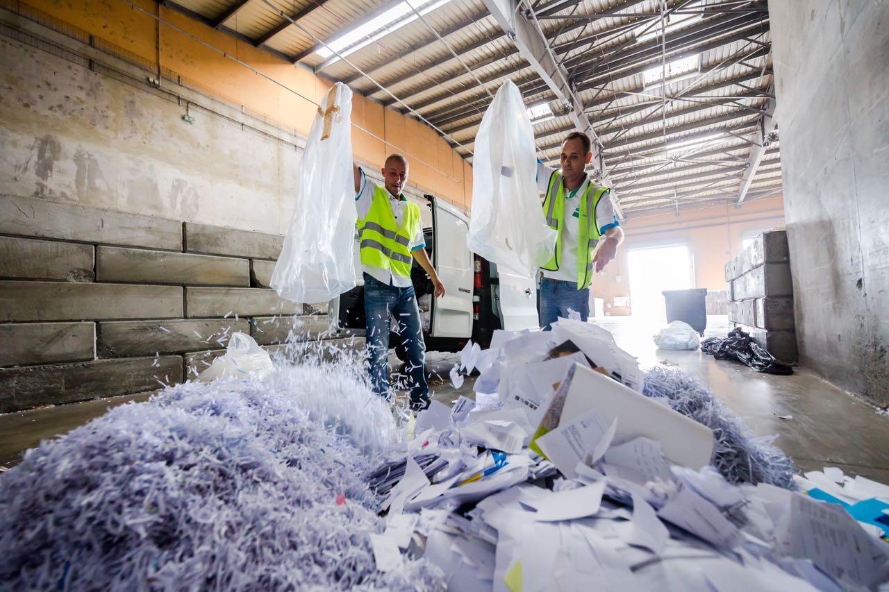 L'équipe du Bureau Recyclage déchargeant le papier collecté dans les entreprises clientes sur La Réunion